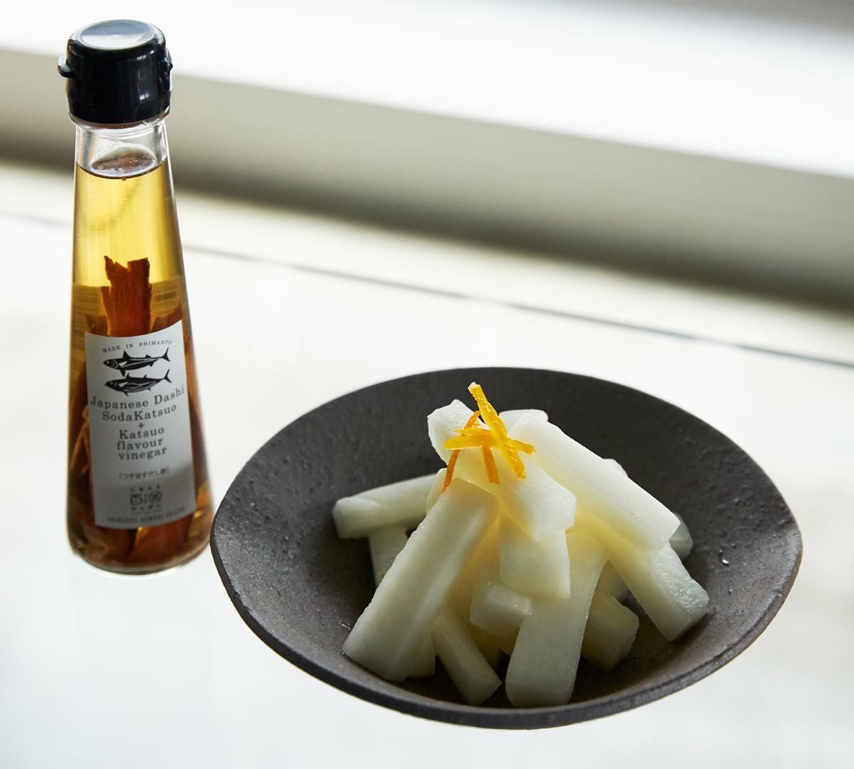 だし酢×素麺。食欲のない季節でも、箸が進む一品です。うまみが凝縮!いつもの調味料が宗田節で輝きだす、つぎ足して使える「だし醤油&だし酢(化粧箱入り)」|SHIMANTO DOMEKI COMPANY