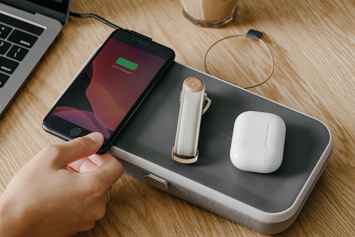 着け外し自由な6個の仕切り板と、6個のポケットで、小物を好みの配置にセット。しかも、牛革張りのフタには、ワイヤレス充電台を内蔵。仕事道具を好みの配置で収納、ワイヤレス充電台つきの「ガジェットケース」|Orbitkey Nest(オービットキー ネスト)