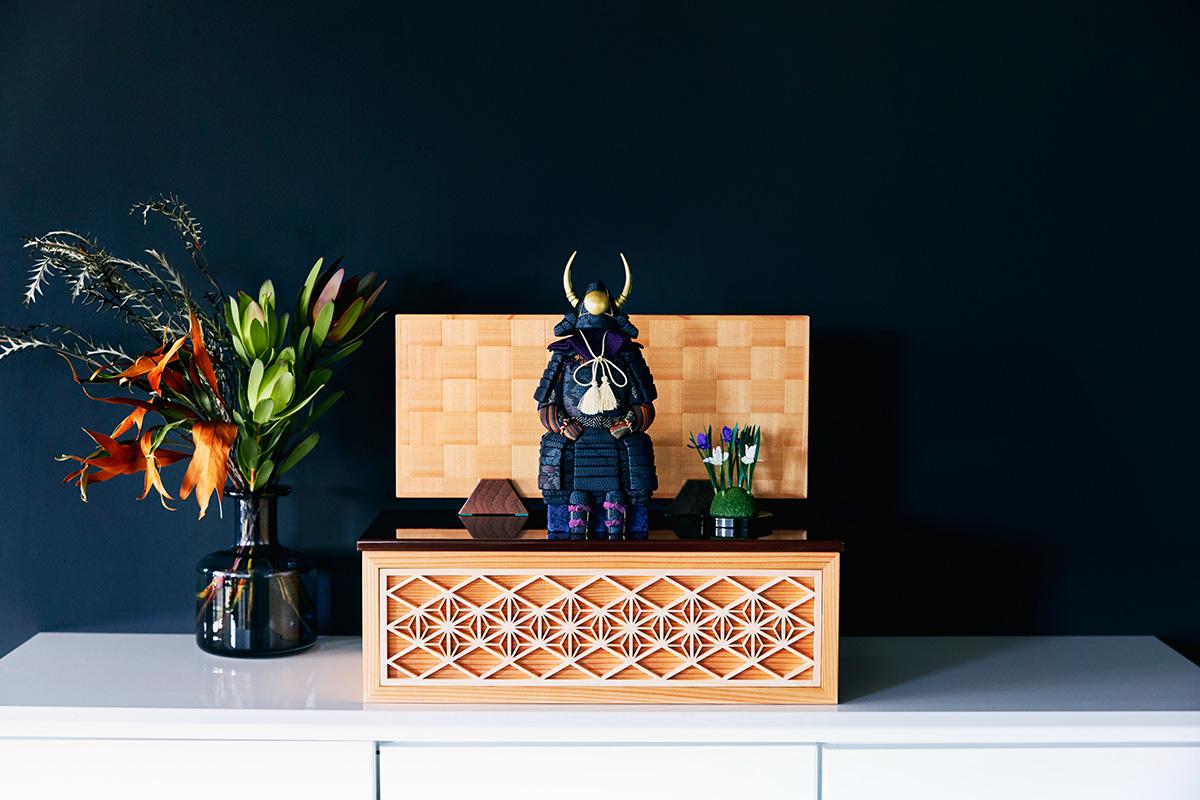 スペースの関係で大きな五月人形は飾れない人におすすめ。日本伝統工芸をコンパクト・モダンに。現代建築やインテリアに映える「プレミアム鎧飾り・五月人形」