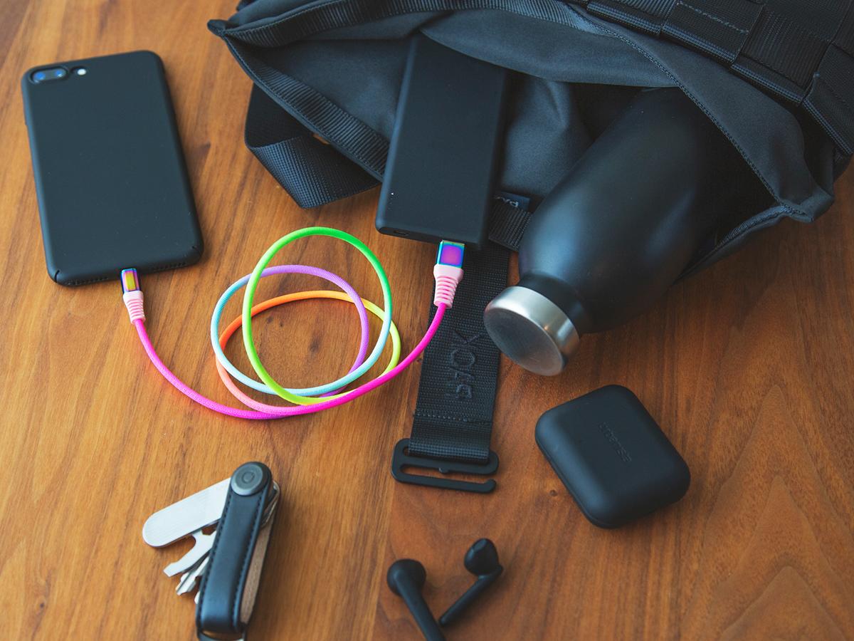 薄暗いバッグの中からも、すぐに見つけられる。断線しにくく丈夫、ひと目でわかる存在感の「Lightning USBケーブル」| addip