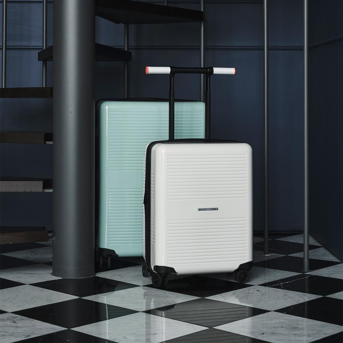 「本質を考え続ける」というデザイン哲学。手を添えるだけで滑らかに走行、気の利く設計であなたの旅路に寄り添う。機内持ち込み用(37L)&長期旅行用(72L)スーツケースセット|RAWROW