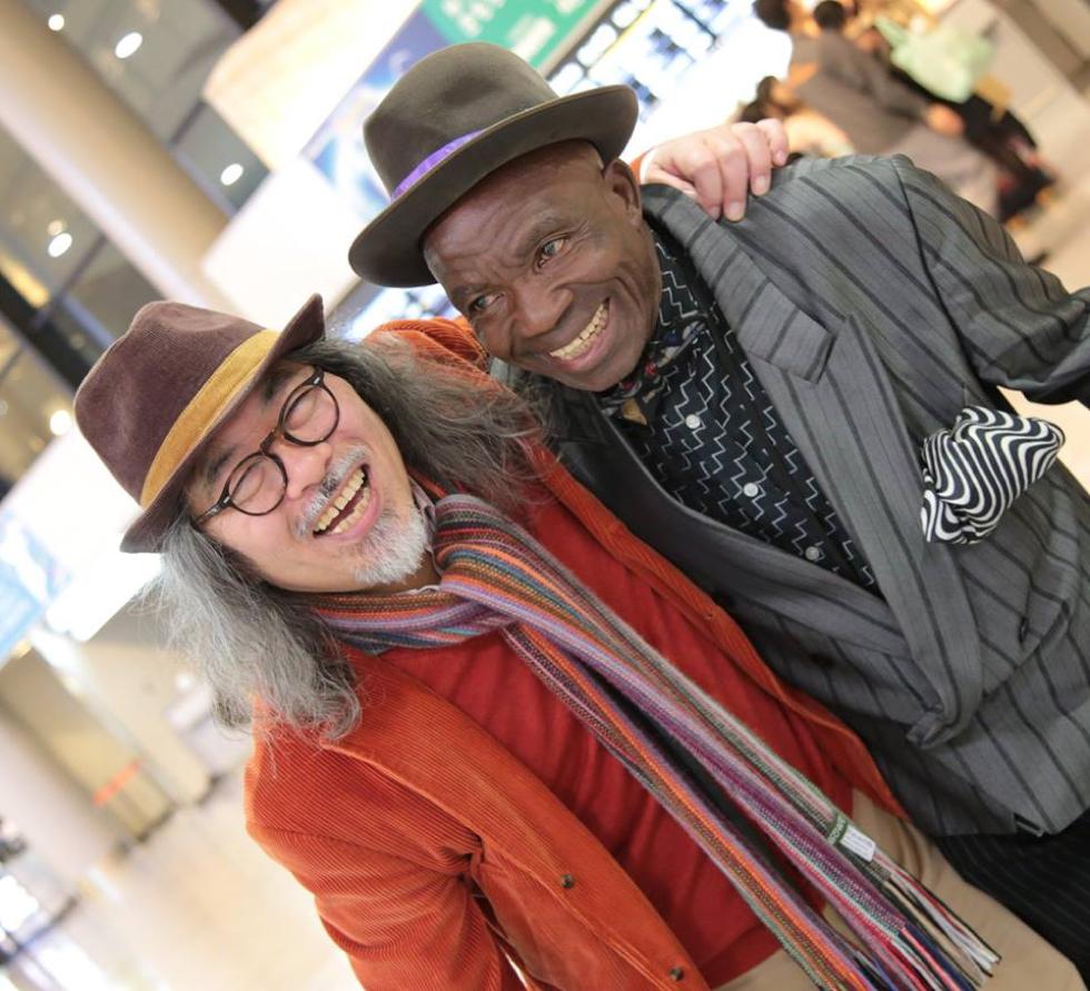 日本人カメラマンの茶野氏とともに写るサプールの紳士