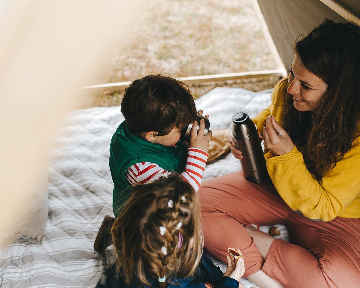 お手持ちのレジャーシートを敷いたら、ゴロンと寝転んで、ひとり読書に耽ったり、友人やパートナーともぐり込んで、おしゃべりしたり、子どもたちとおやつを食べたりお昼寝したり。「帆布テント」|LA TENTE ISLAISE(ラ・タント・イレーズ)