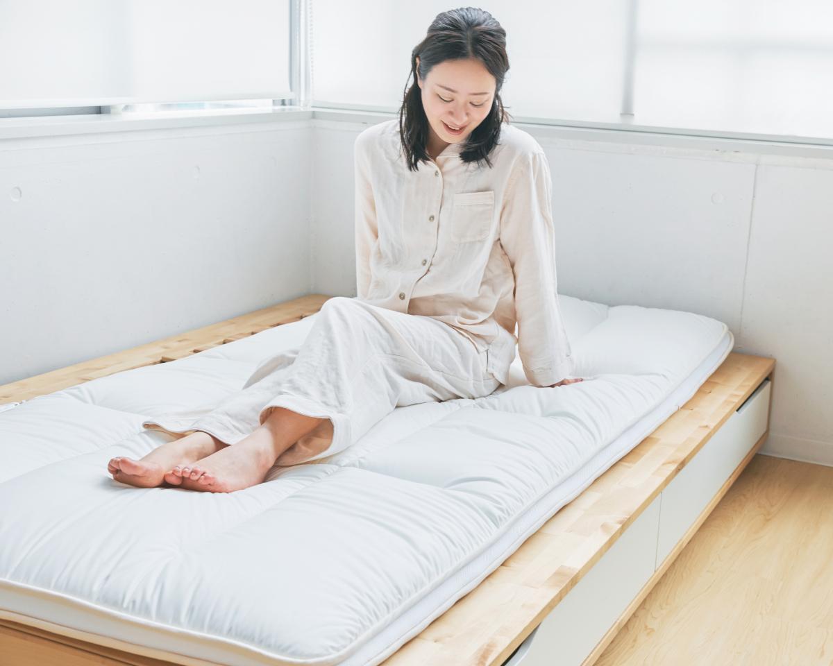 床に布団として敷いても、ベッドマットレスでも使える|整形外科医銅冶英雄(どうや・ひでお)先生が考案した、硬柔2層構造が、体のカーブを正しくキープしてくれる折りたたみ型の腰痛対策マットレス・ベッドパット|ドウヤメソッド