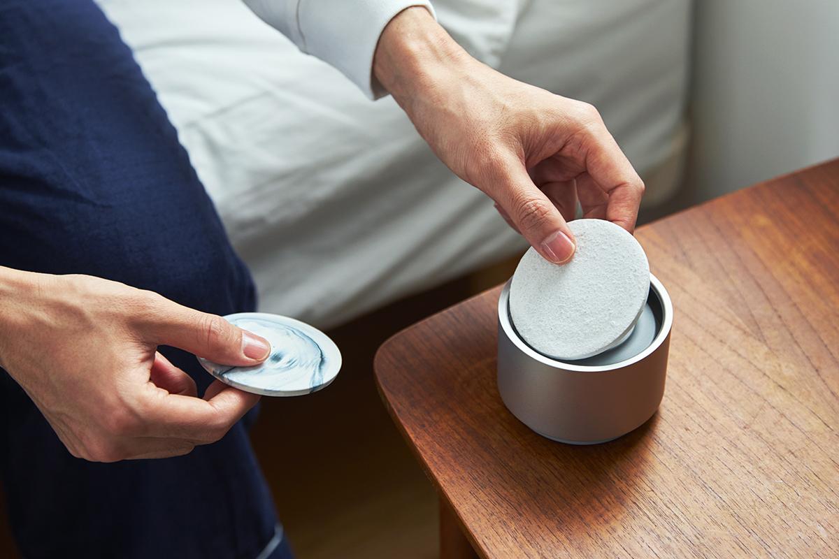 上部のプレートは、「渋草柳造窯」の職人が特殊な釉薬で仕上げた陶磁器製。|ミニマムでおしゃれなデザイン家電。香炉のような静かな存在感の「アロマディフューザー」|WEEKEND(ウィークエンド)