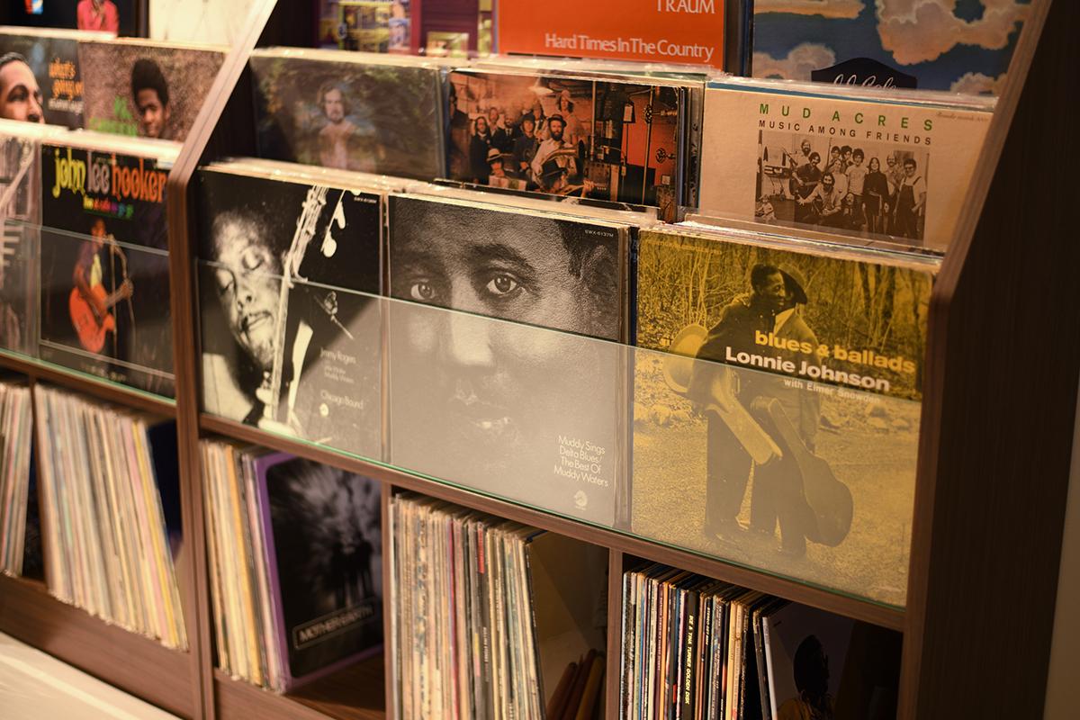 レコードジャケットを「面出し」できる仕様だから、お店みたいな雰囲気を盛り上げてくれる。大容量レコードラック|レコードディスプレイラック
