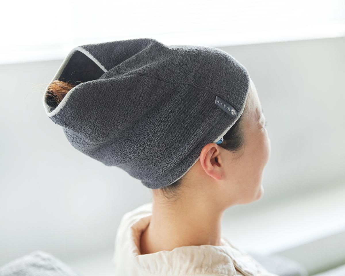 かぶった「ネックゲーター」で、そのまま頭を包めば、ヘアラップとしても重宝。ネックゲーター|酸化チタンと銀の作用で、生乾き臭・汗臭の菌を除去する「タオル」|WARP