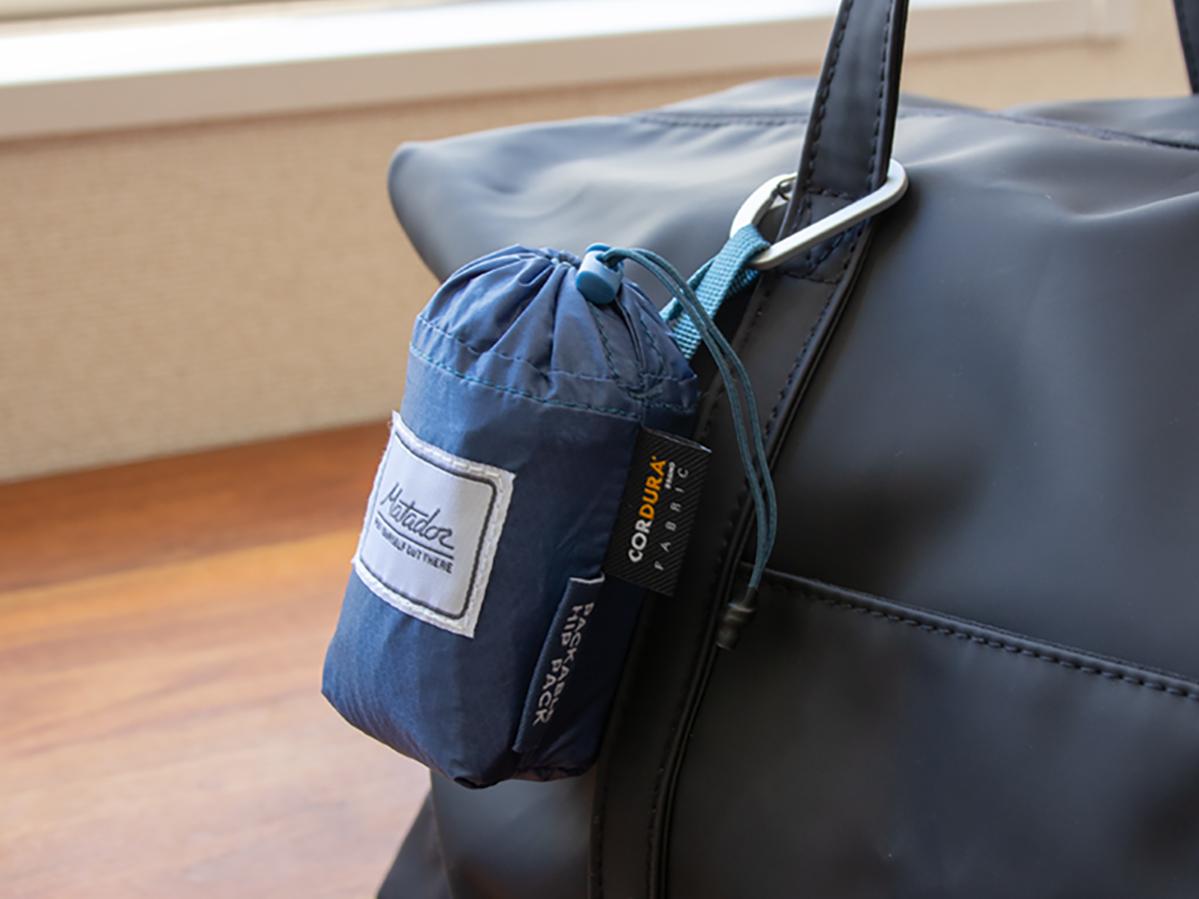 メインバッグにカラビナで掛けても邪魔にならない存在感。旅先や日常生活でアクティブに動き回れる!手のひらサイズにたためる防水仕様のウエストバッグ/ヒップバッグ| Matador