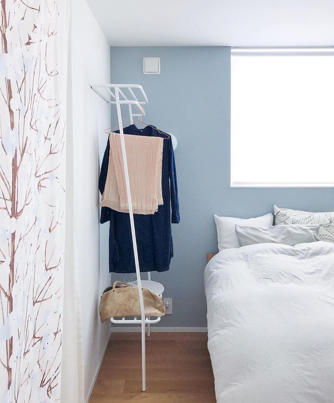 いまの季節に、毎日のように着るもの、使うものだけを厳選して、身軽に暮したい人に。シンプルでミニマムな「立て掛け式ラック」|DUENDE WALL HANGER