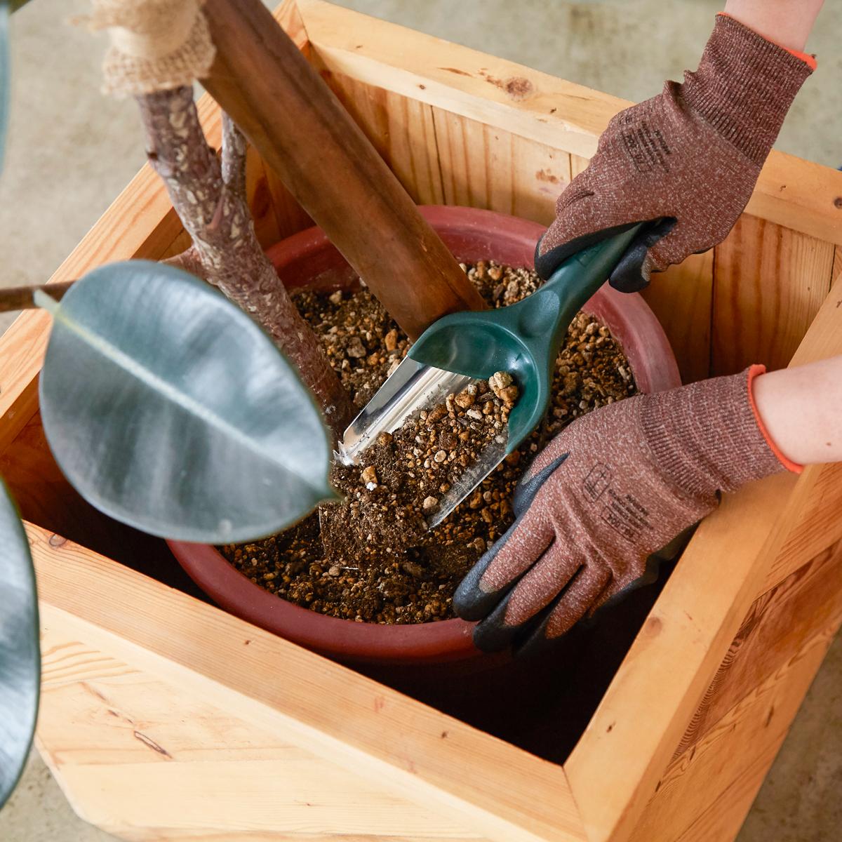 『workers gloves』は、ゴムのコーティング加工のために、独自の装置を開発。スマホを触れる。ネジもつまめる抜群のフィット感で、指先がスイスイ動く「作業用手袋」|workers gloves(ワーカーズグローブ)