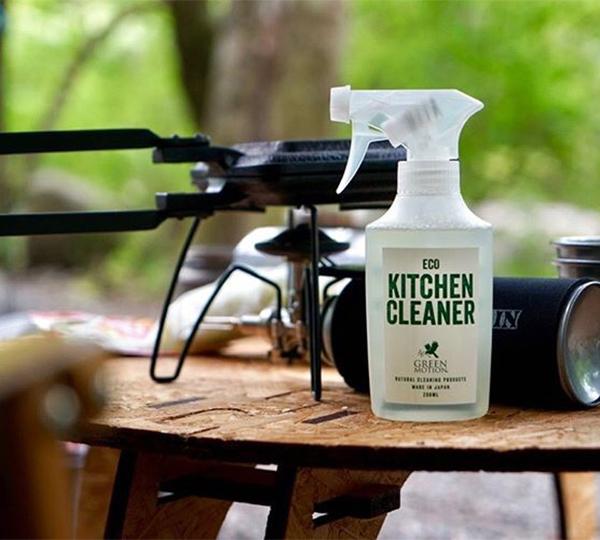 拭き取りだけでの食器洗いも得意。水場のないアウトドアレジャーや災害時での食器洗いにも重宝します。ヒバ精油配合で除菌・消臭もできる「エコキッチンクリーナー」|GREEN MOTION