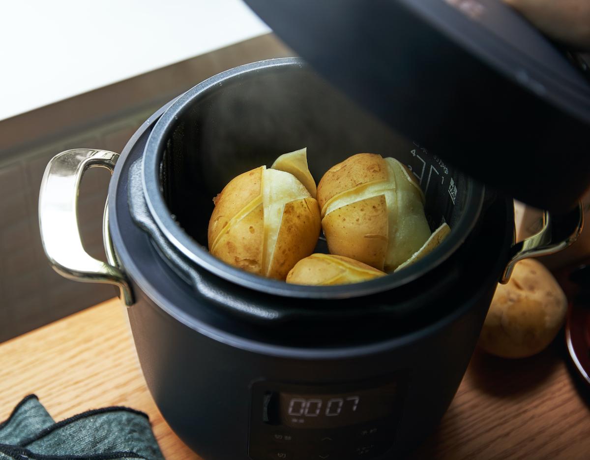 鶏の唐揚げやとんかつ、ポテトサラダに炊き込みごはん…定番の好物料理がより美味しくなる「アシスト調理器・電気圧力鍋」|Re-De Pot(リデ ポット)