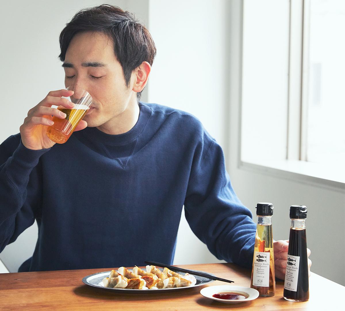 継ぎ足しで繰り返し使える。うまみが凝縮!いつもの調味料が宗田節で輝きだす、つぎ足して使える「だし醤油&だし酢(化粧箱入り)」|SHIMANTO DOMEKI COMPANY