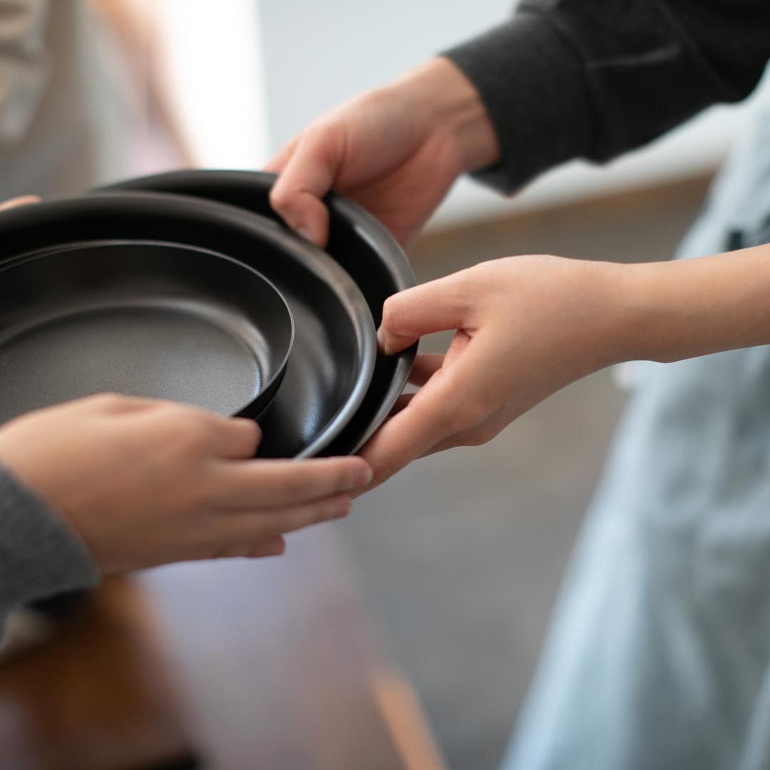 薄さ1ミリの丸皿。薄いのに落としても割れず、重ねて収納してもかさ張らないから食器棚もスッキリ。落としても割れない、黒染めステンレスの食器(お皿)|KURO(96)クロ
