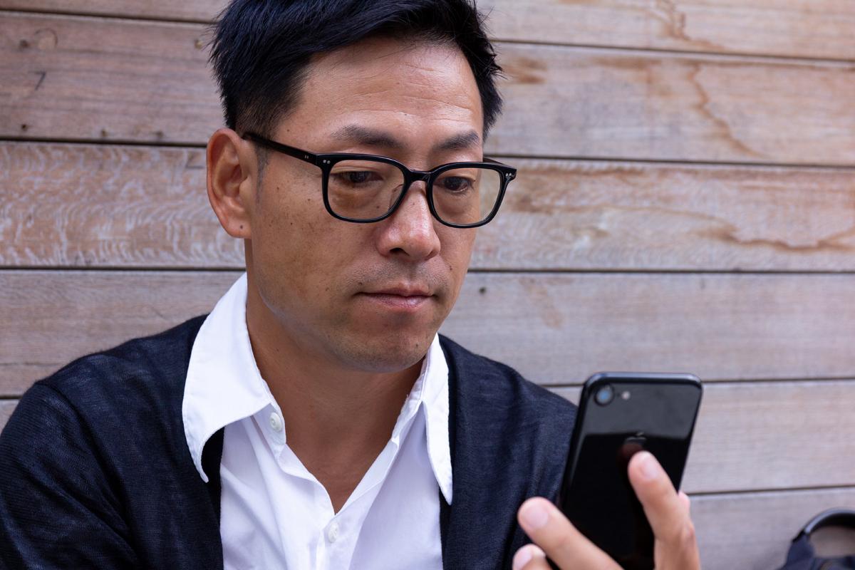 いくつになっても新しい情報を積極的に取り入れて、クリエイティブに活躍できる、お洒落なセルロイド製「老眼鏡」(MONOCOオリジナル企画)|LAUGHWRINKLES