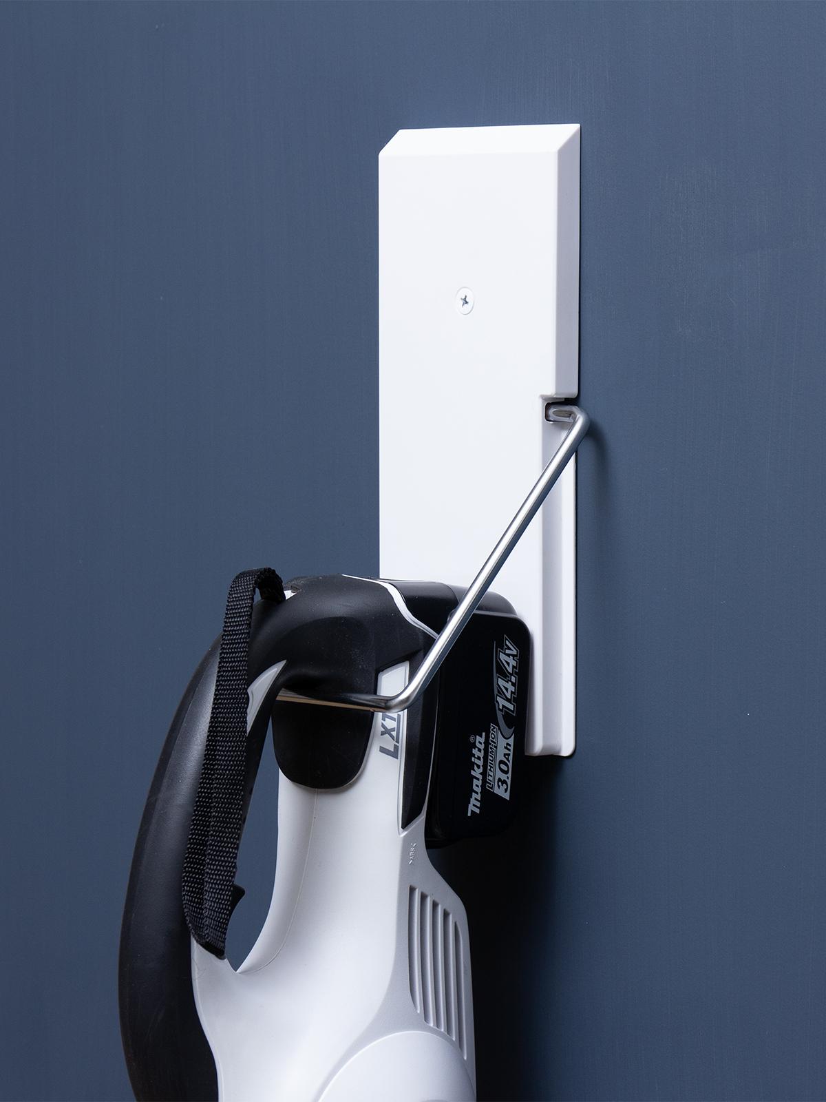 石膏ボードの壁なら、どこにでも取り付け可能。穴が目立たない極細ピンで、コードレス掃除機をスマートに壁掛けできるフック|Pinde(ピンデ)