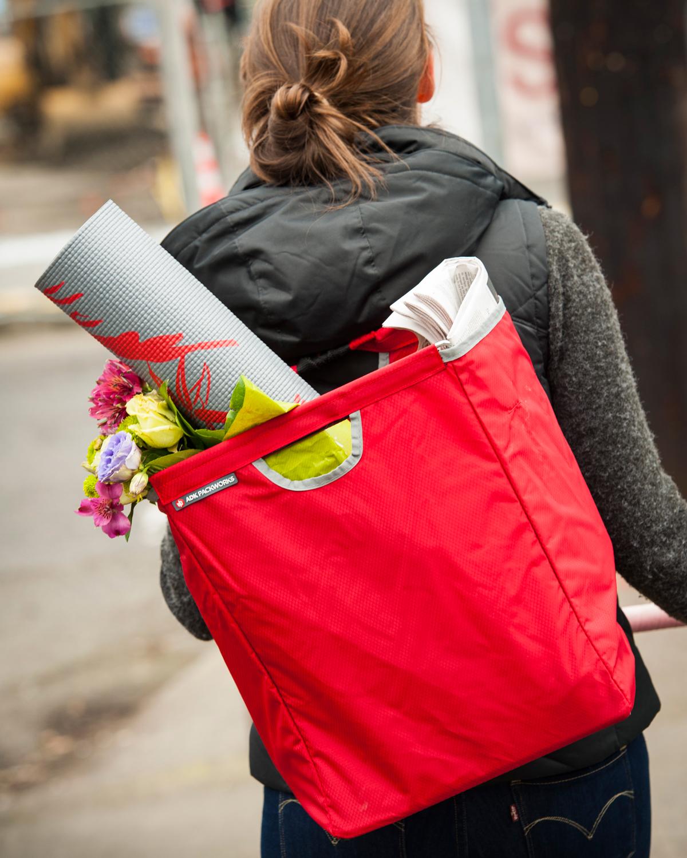 シンプルな見た目からは、想像がつかないほど大活躍してくれる。毎日の買い物も、習い事も、アウトドアも驚くほどスムーズに変えてくれる。たためる金属フレーム入り!自立するから、柔らかいパンや葉物野菜、花を潰さない「箱型エコバッグ」|ADK Packworks