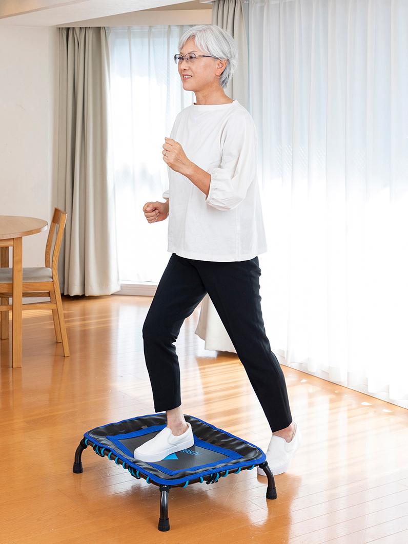 運動初心者や高齢の人には、跳ばずにできる「ステップ運動」を。近年、スローステップの名前でも広がった、踏み台昇降は、ダイエットや脳の活性化に効果的との研究結果が出ています。ミニサイズのトランポリン「ミニジャンパー」|AEROLIFE(エアロライフ)