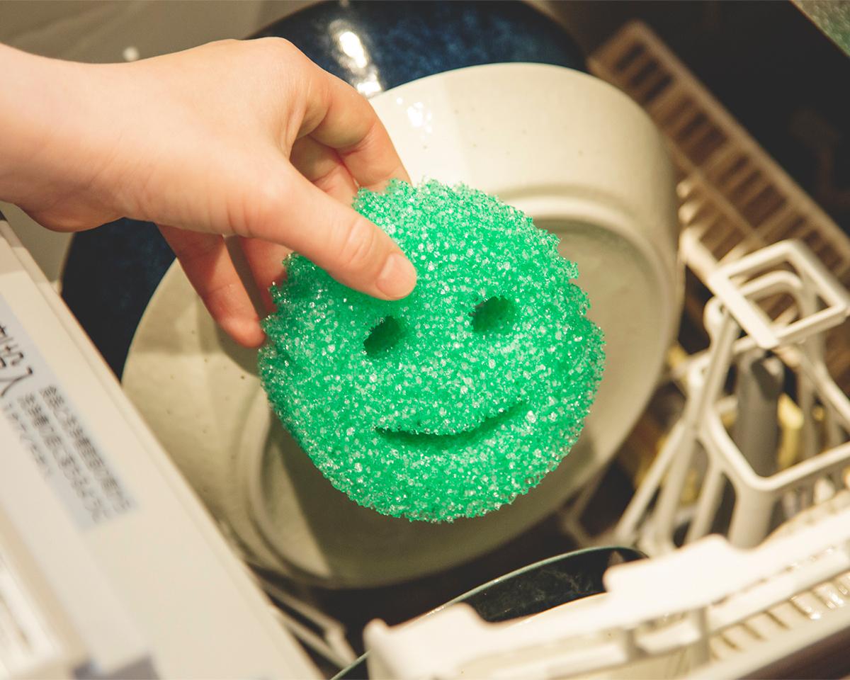細かな食べカスや焦げなどの汚れが取れない場合は、食器洗い洗浄機に入れてスポンジ洗浄がおすすめ! 高温殺菌もできるので、いつも清潔を保てます。「洗浄スポンジ」|Scrub Daddy