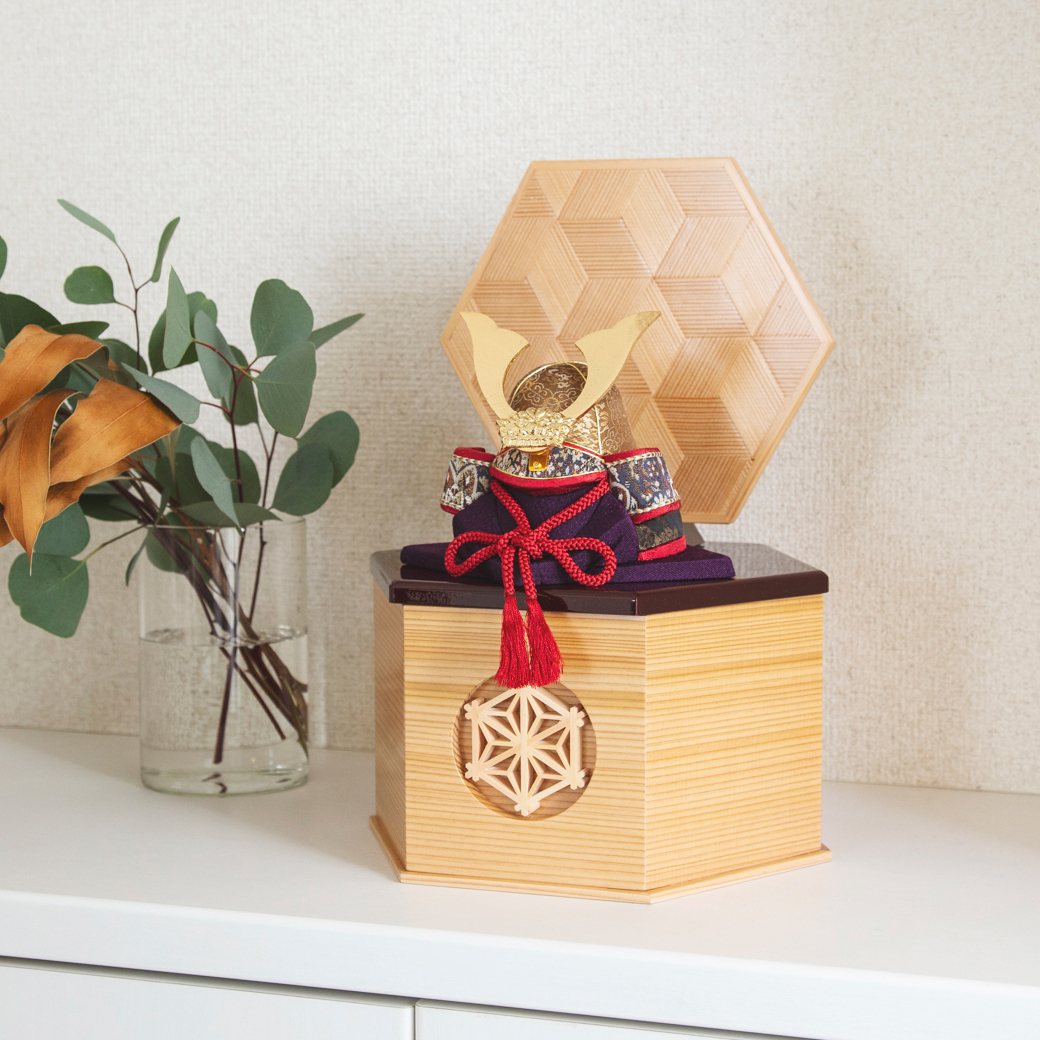 日光東照宮の造営にルーツを持つ、「鹿沼寄木細工・組子細工」をあしらった人気モデル。6つの日本伝統工芸をコンパクトにした、木目込の「プレミアム・コンパクト五月人形」| 宝輝 | 柿沼人形