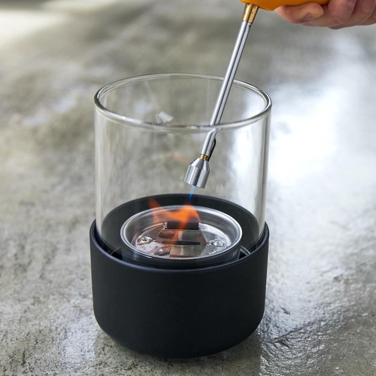 あなたの家のダイニングテーブルで焚き火気分が味わえます。ニオイや煙が出ず、倒しても安心の特殊燃料で手軽に楽しめる!「卓上ランプ、テーブルライト」 LOVINFLAME(ラヴィンフレーム)