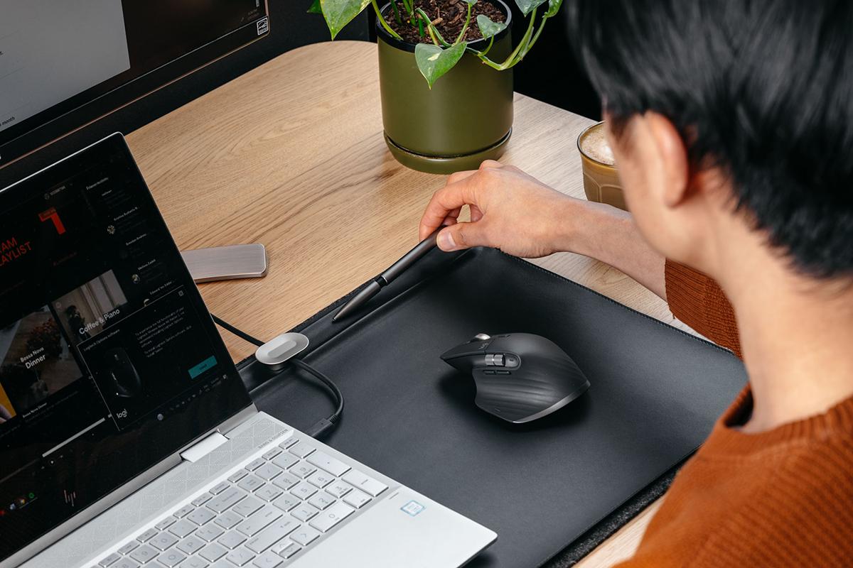 ワークスペースが整理整頓されるから仕事効率も上がる。リモートワーク(在宅勤務)やオフィスワークに。自然とワークスペースが整う「デスクマット」(デスクカバー)|Orbitkey Deskmat
