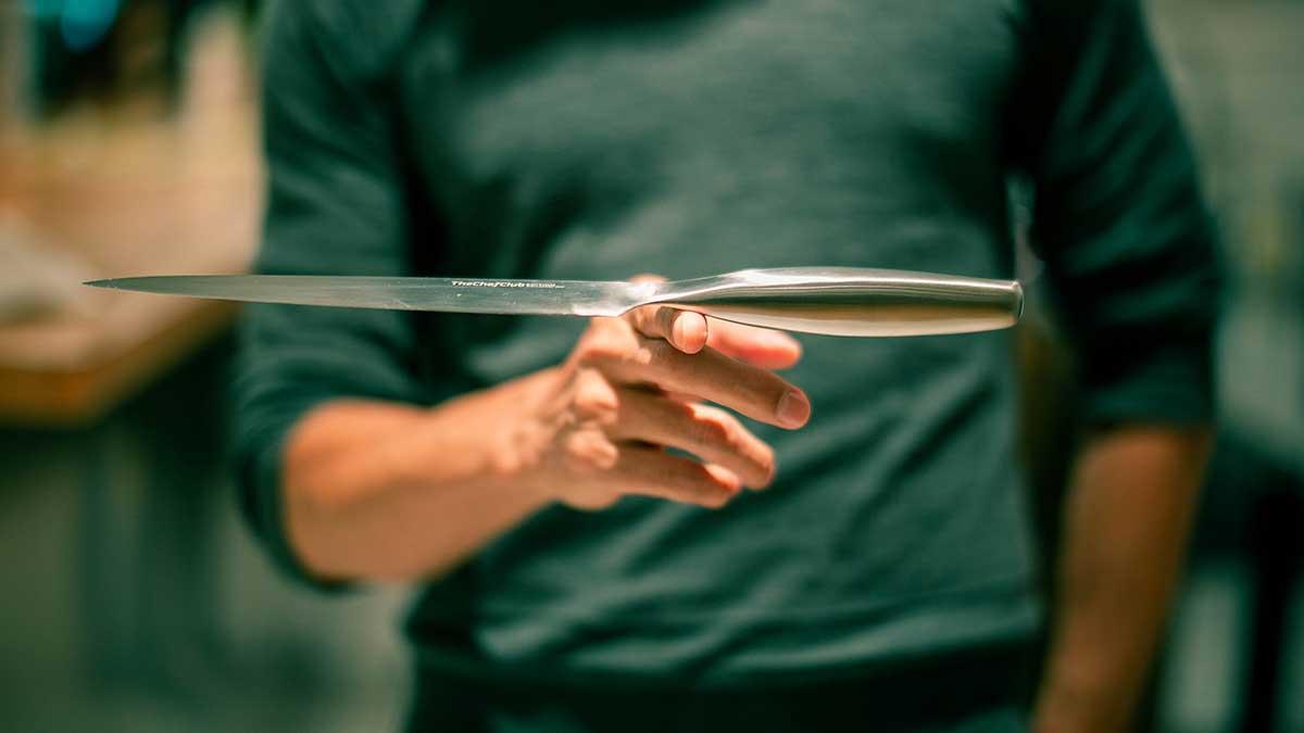 実際の重量よりも、持った時に軽く感じさせてくれるのは、この優れたバランス性のおかげ。極薄刃でストレスフリーな切れ味、野菜・肉・魚に幅広く使える「包丁・ナイフ」|hast(ハスト)
