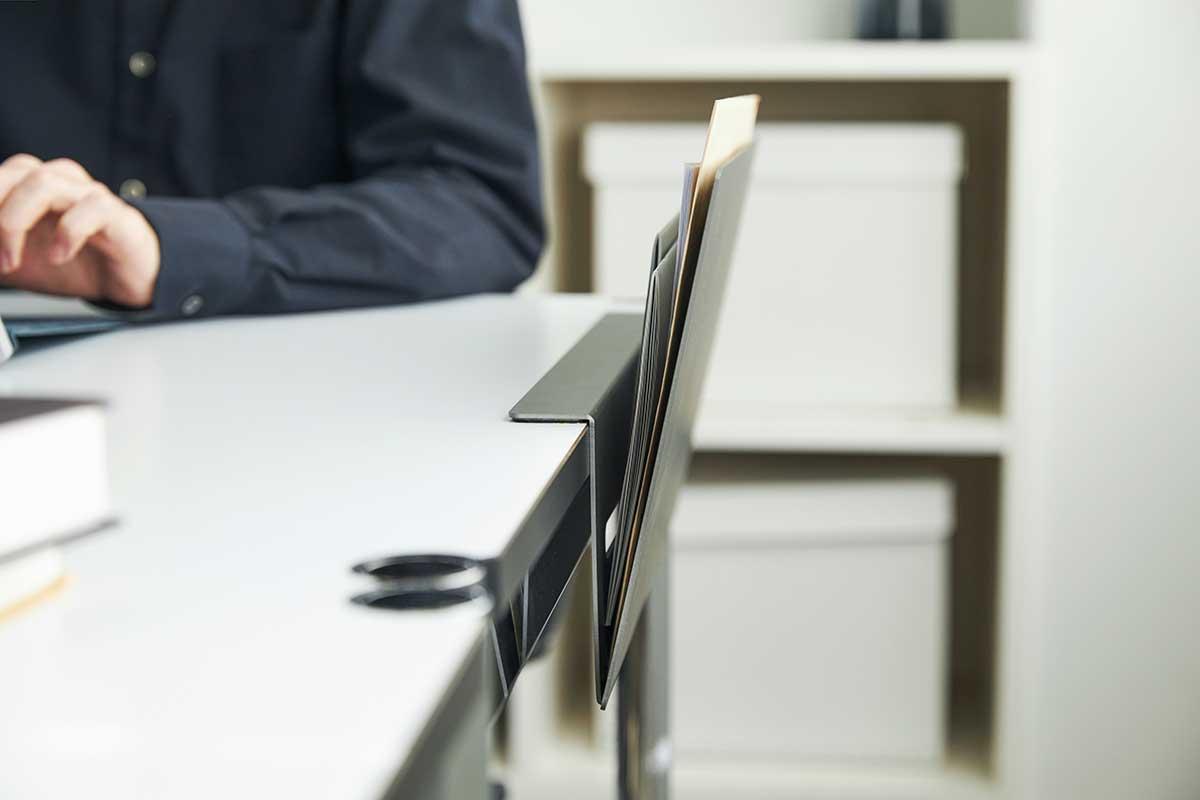 いま必要なものだけを差し込んでおくのに、ちょうどいいスペース。デスクの書類を瞬時に片づけ、途中のタスクをすぐ再開できる「貼るデスクラック」|ZENLET The Rack(ゼンレット ザ ラック)