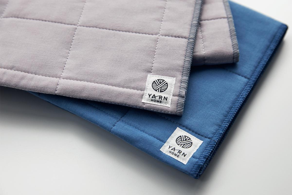 表面のガーゼ生地は、通常のタオルの約1/2の細さの糸で平織りにし、キルティングの針目も増やすことで、洗濯しても中綿が乱れず、ホコリが発生しにくい構造のタオル|YARN HOME UKIHA(ヤーンホーム ウキハ)