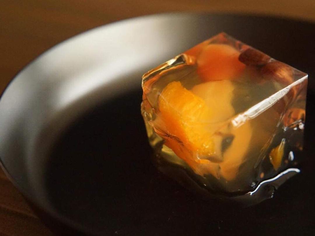 食材や料理を乗せるだけでもてなし料理が完成する品の良さ。和・洋・中どんな料理も引き立てる懐の広さで大活躍。食材や料理の美味しさを引き立てる黒染めステンレスの食器(お皿)|KURO(96)クロ