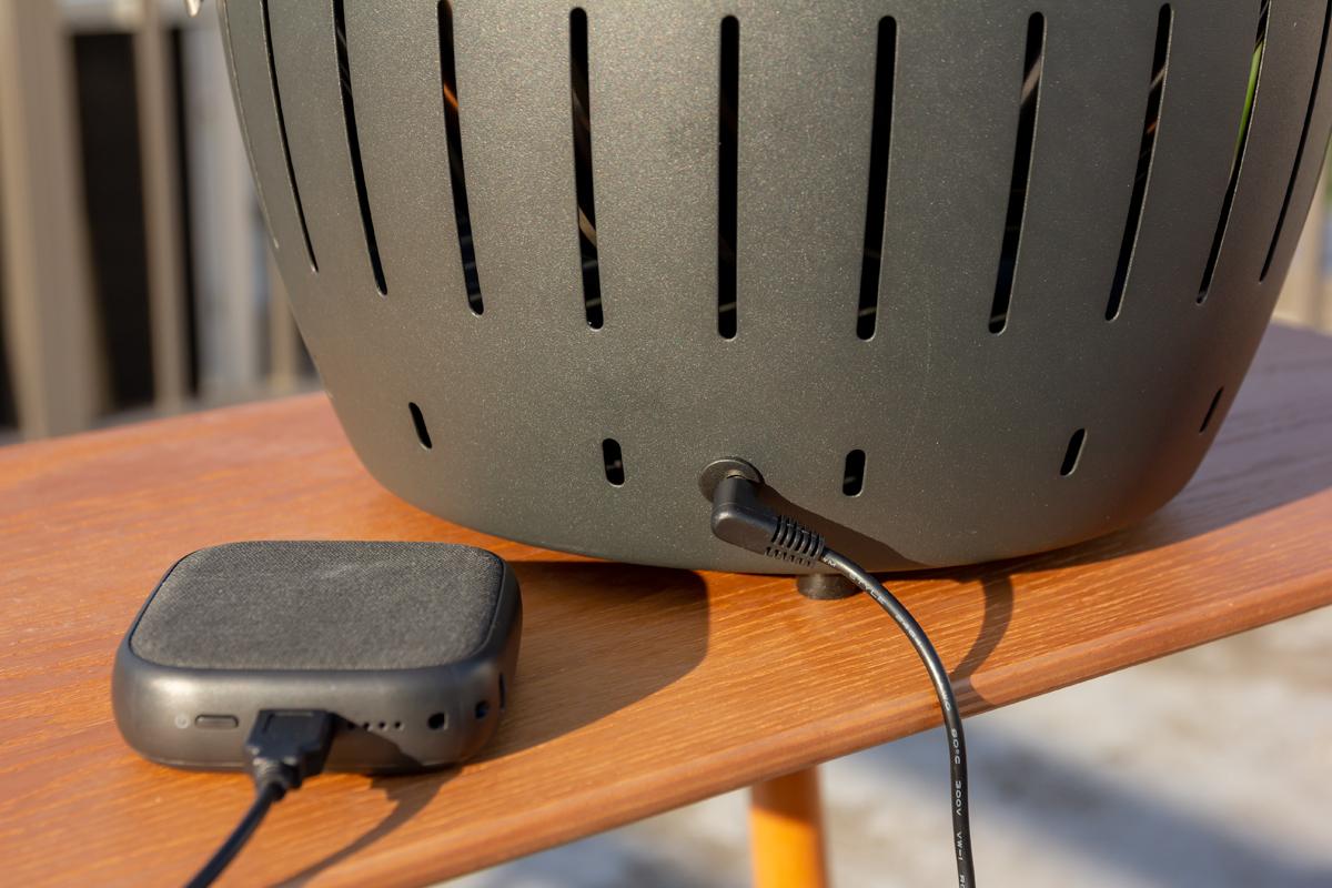 キャンプや海辺などでも安心して炭火焼が楽しめる、電池式とUSB電源の2WAYの電力供給「炭火焼グリル」(一人キャンプ、ソロBBQに)|Lotus Grill