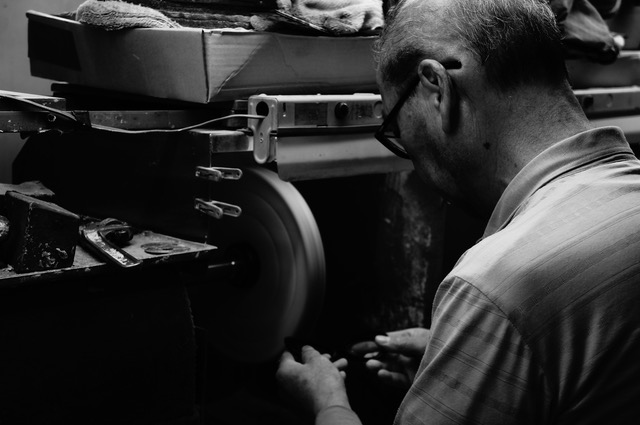 一年間寝かせた「セルロイド」を熟練された技術を持つ鯖江の職人が、削り出しと磨きを重ねて丁寧に仕上げた「老眼鏡」(MONOCOオリジナル企画)|LAUGHWRINKLES