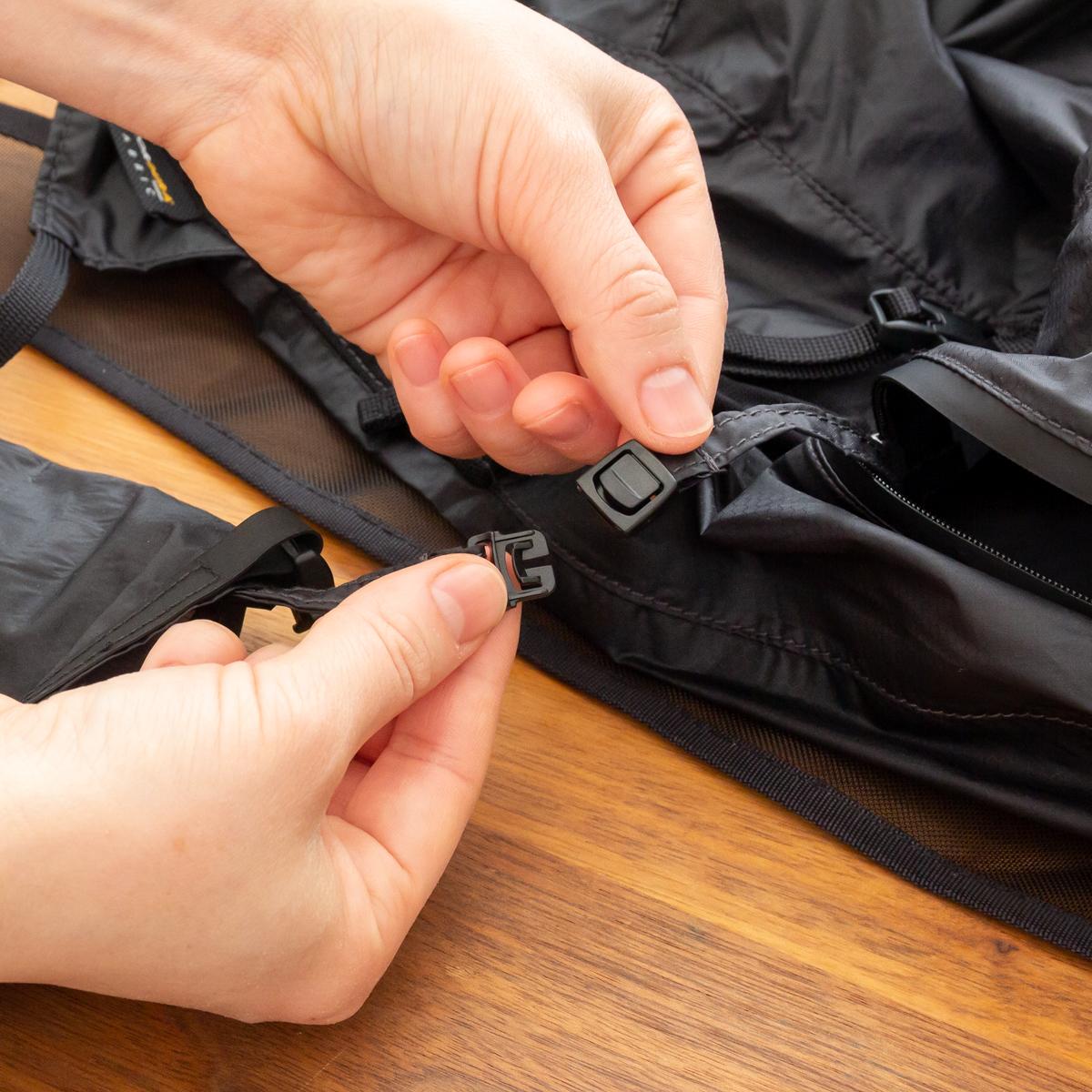 ロールトップ式の収納袋は、バッグ内部に簡単に取り付けることもできます。だから、バッグ使用時になくす心配もありません。バックパック|Matador freefly16