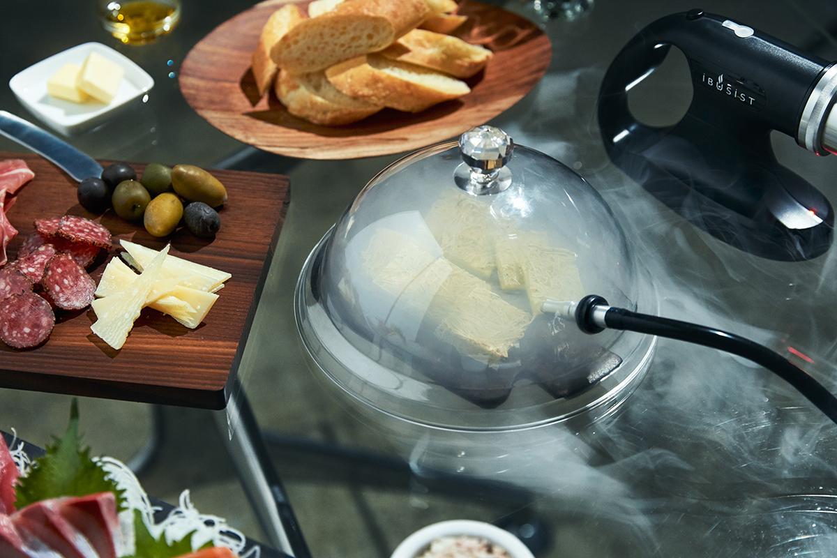 軽く炙った「たたみいわしのチーズ焼き」の燻製仕立てもおすすめ。誰でも手軽にできて、感動的に変化する「燻製器」IBSIST(イブシスト)