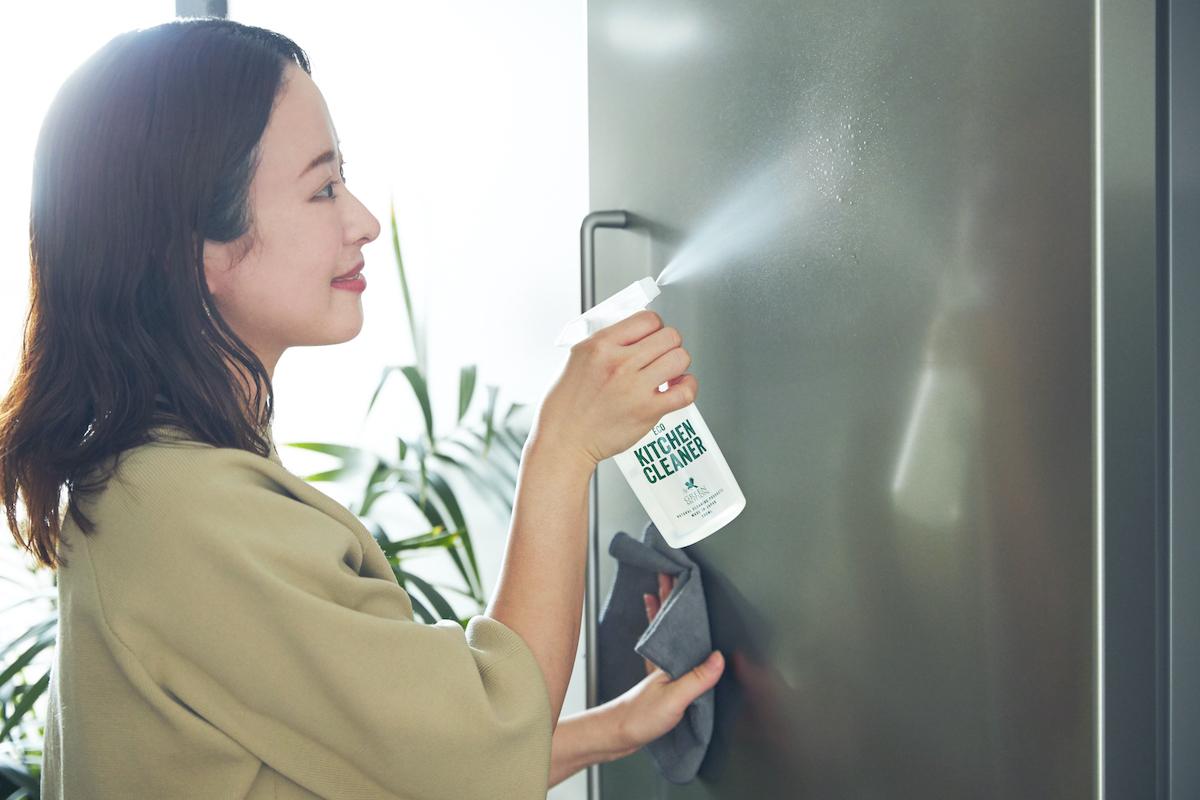 毎日の後片付けの仕上げに使えば、あなたのキッチンはいつもキレイ。洗剤なのに、スプレーして拭くだけ!ヒバ精油配合で除菌・消臭もできる「エコキッチンクリーナー」|GREEN MOTION