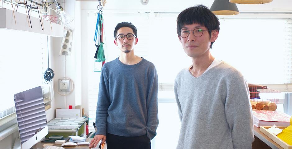 本品を開発したMUTEの2人。左からイトウケンジさんとウミノタカヒロさん|空間に静かに溶け込みながら、あなたの暮しを、グッと心地よく変えてくれる「スタンド型のトレイ」|DUENDE TILL
