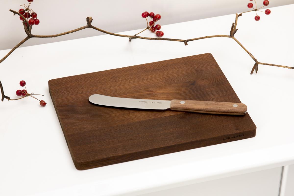 アカシアの天然木から作られた、テーブル映えするビストロプレート(カッティングボード)。「食卓ナイフ&カッティングボード」|CARL MERTENS