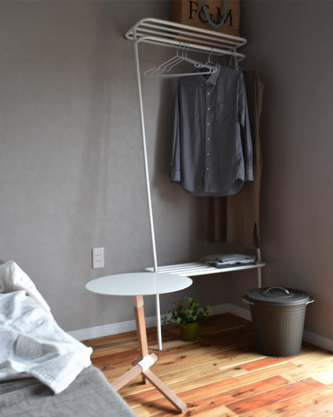 玄関や廊下、ベッド周りといった狭い場所にも、すんなり置ける。奥行たった40cmに、コートもバッグも手袋も収納できる「立て掛け式ラック」|DUENDE WALL HANGER