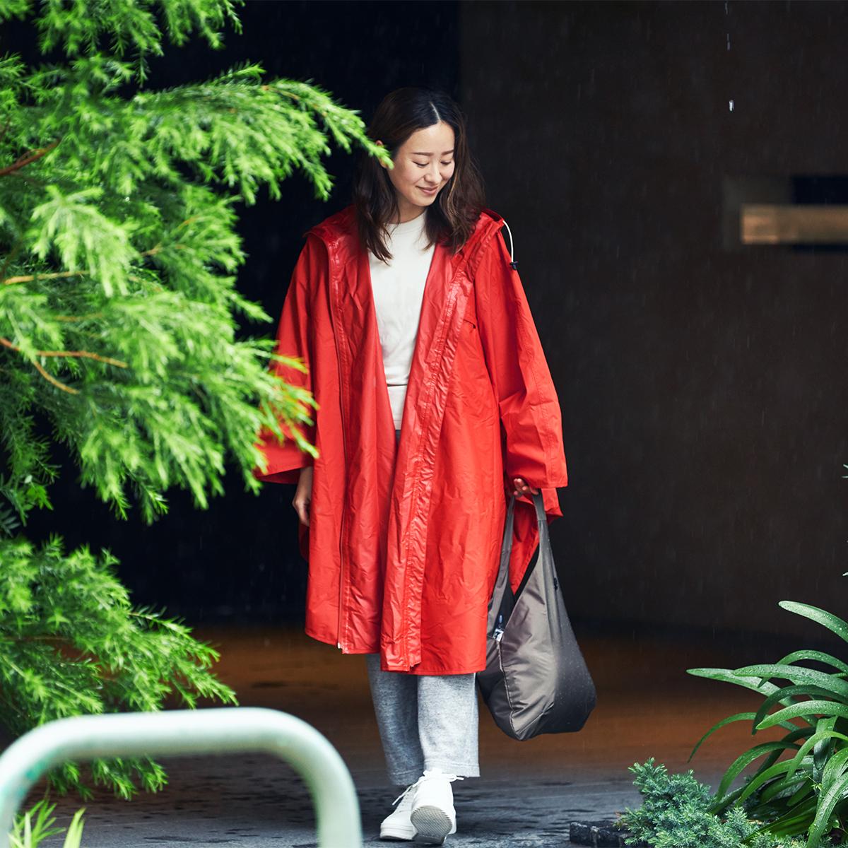通勤着に合う、大人にふさわしいデザインだから、駅や街中を、着たまま堂々と歩ける。雨の日も両手フリー、濡れない、蒸れにくい「ポンチョ」|U-DAY PONCHO(ユーデイ ポンチョ)