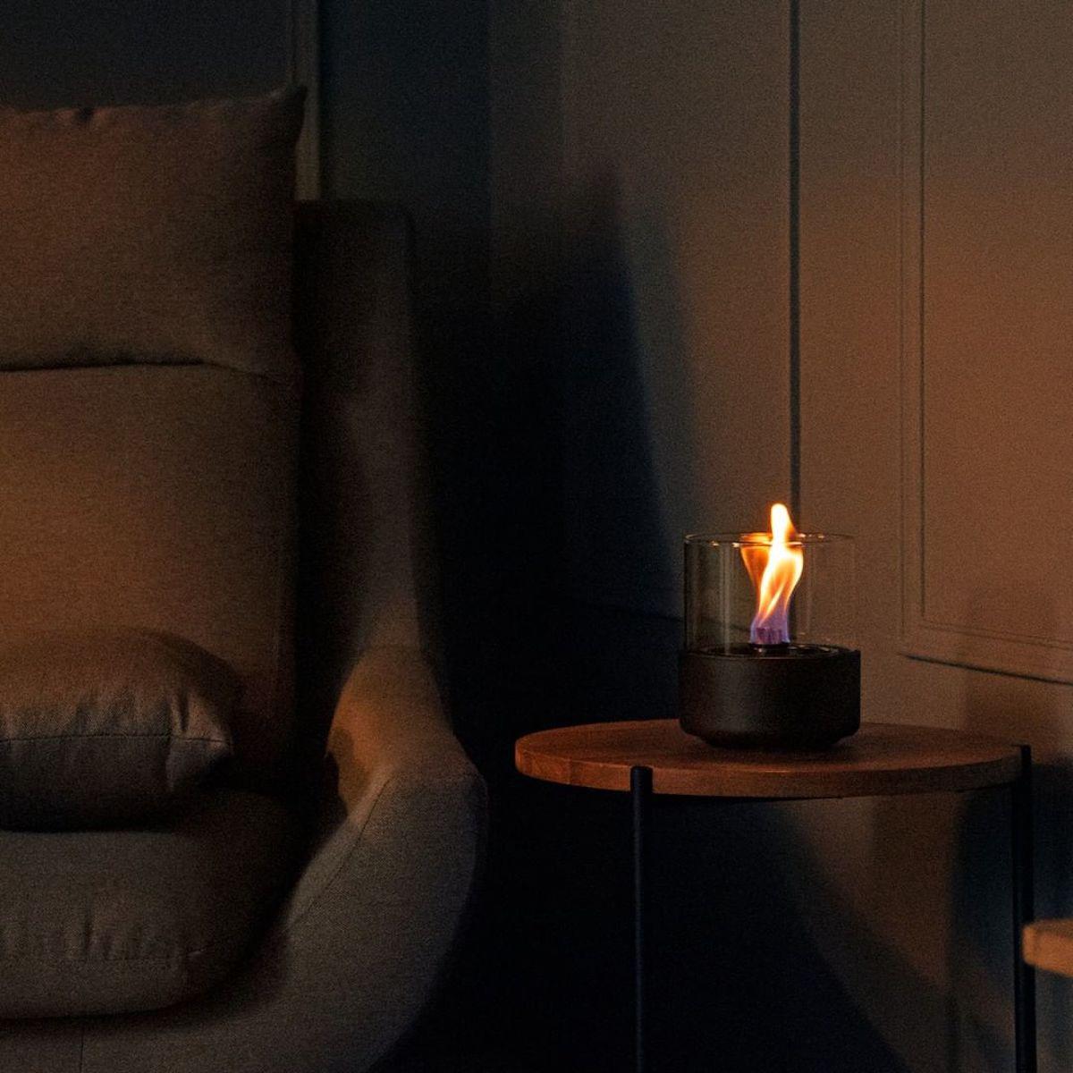 ホームパーティでは、テーブルを華やかに彩り、会話を盛り上げてくれるはず。ニオイや煙が出ず、倒しても安心の特殊燃料で手軽に楽しめる!「卓上ランプ、テーブルライト」|LOVINFLAME(ラヴィンフレーム)
