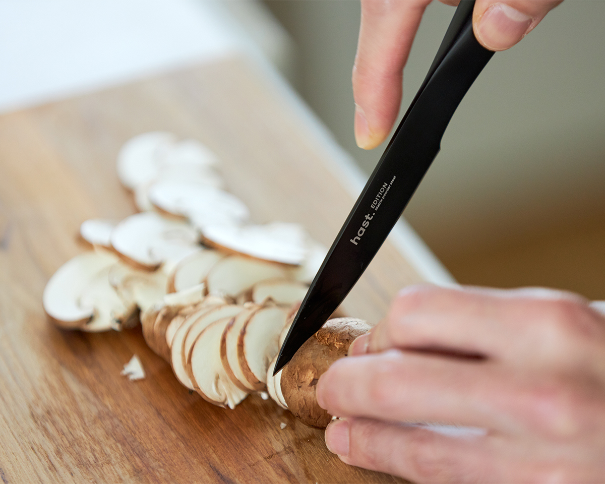 繊維や果肉を潰さずきれいに切れるから、断面はとてもみずみずしい。極薄刃でストレスフリーな切れ味、野菜・肉・魚に幅広く使える「包丁・ナイフ」|hast(ハスト)