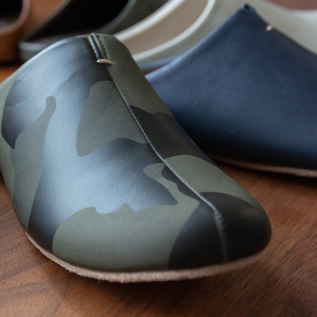 つま先に丈夫な樹脂製シートを内蔵した、靴の製法でつくった、トコトン歩きやすい「スリッパ」|room's