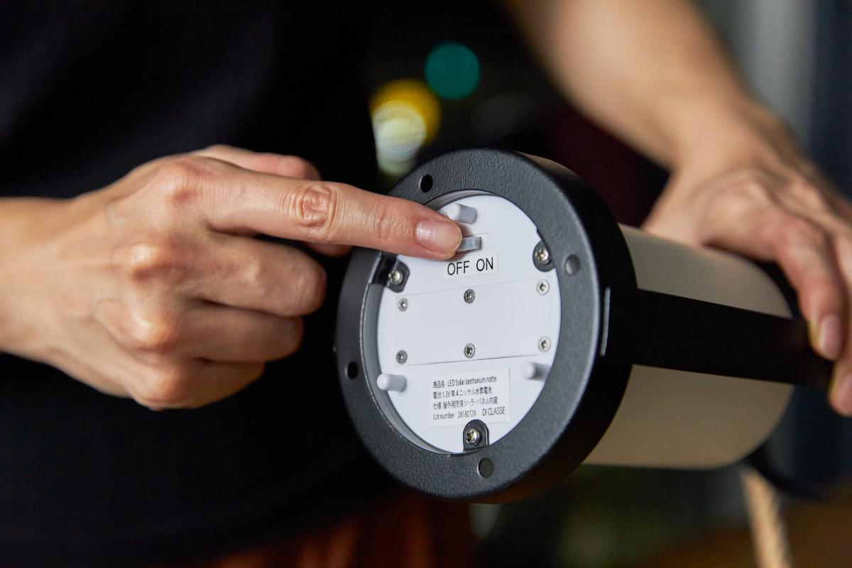 陽が沈んで、あたりが暗くなったら、自動で点灯します。自動点灯・消灯とソーラー充電ができます。|暗くなったら自動で点灯、ソーラー充電式の「LEDガラスランタン」|Notte(ノッテ)