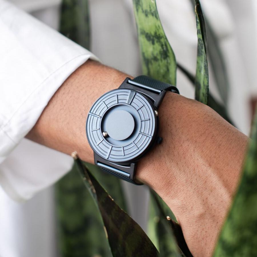 視覚障がい者のために開発されたユニバーサルデザイン時計。あなたを引き立てる、濃紺のタイムピース「触る時計」| EONE(COSMOS)