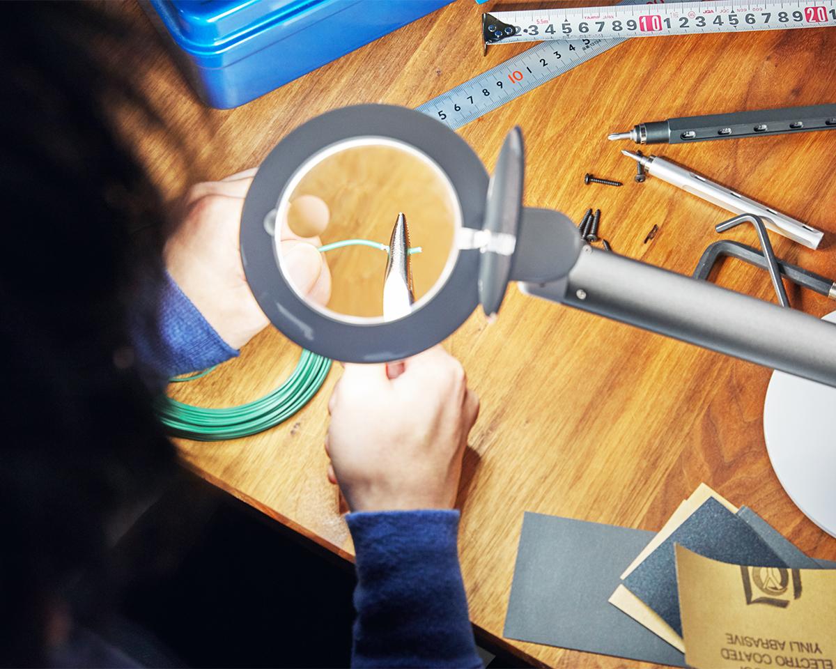 精密作業や針の糸通しがスムーズにできる拡大鏡つき。コードレスで使えて、隙間に収納できる!手元を大きく・明るく照らすルーペ付き太陽光LEDの「デスクライト」|daylight - Halo Go