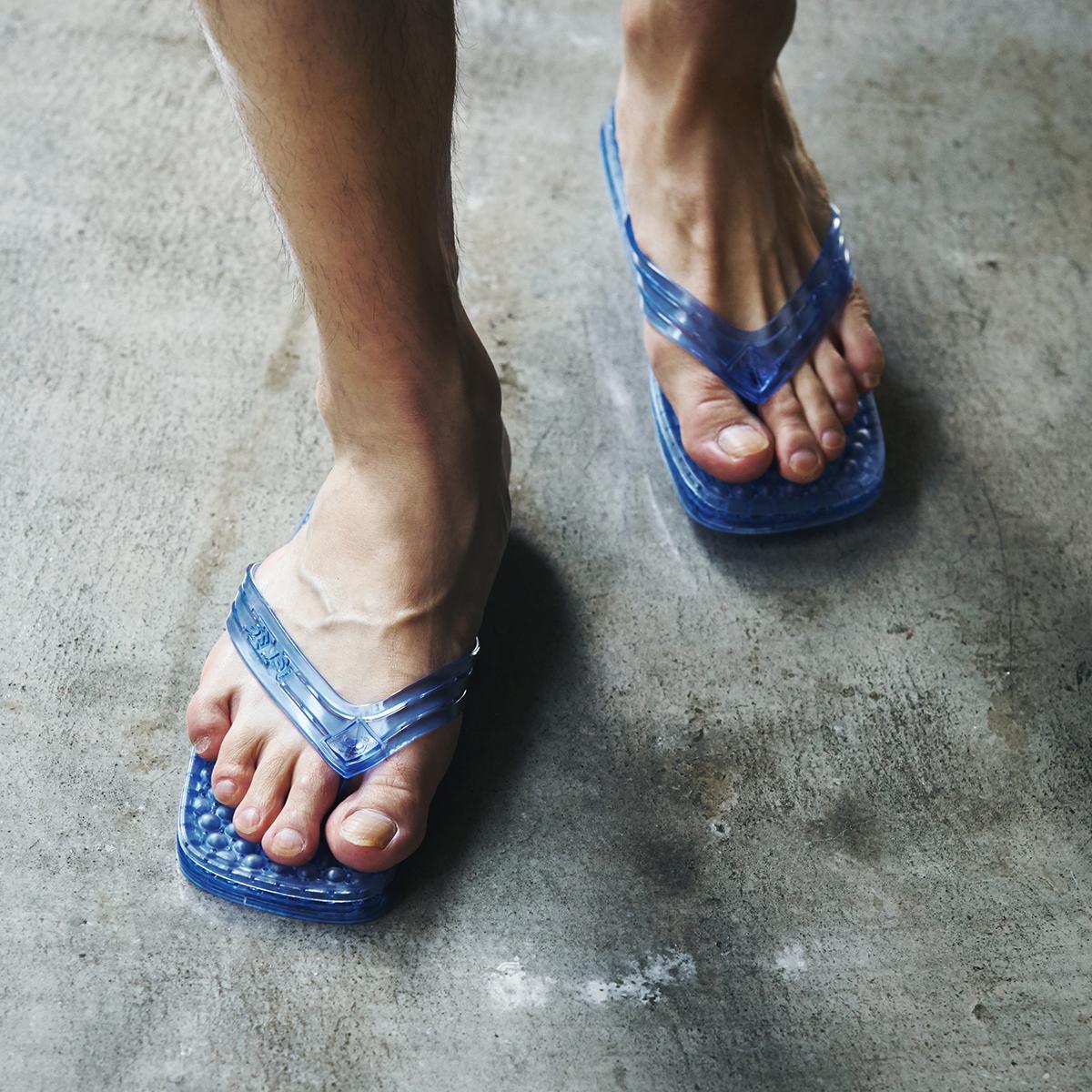 買い物、洗濯、掃除をしながら運動できる。半球状の突起が、心地よく足裏マッサージしてくれるイタリア生まれでお洒落な「健康サンダル」|SENSI