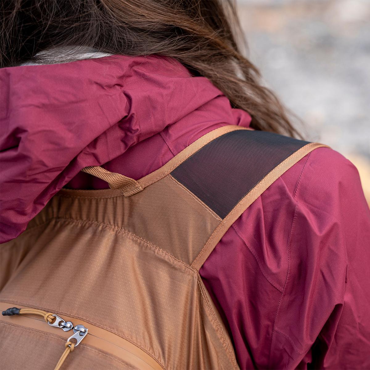 調整ストラップが体感荷重を軽減。旅先や日常生活でアクティブに動き回れる、手のひらサイズにたためる《完全水仕様》のバックパック|Matador freefly16