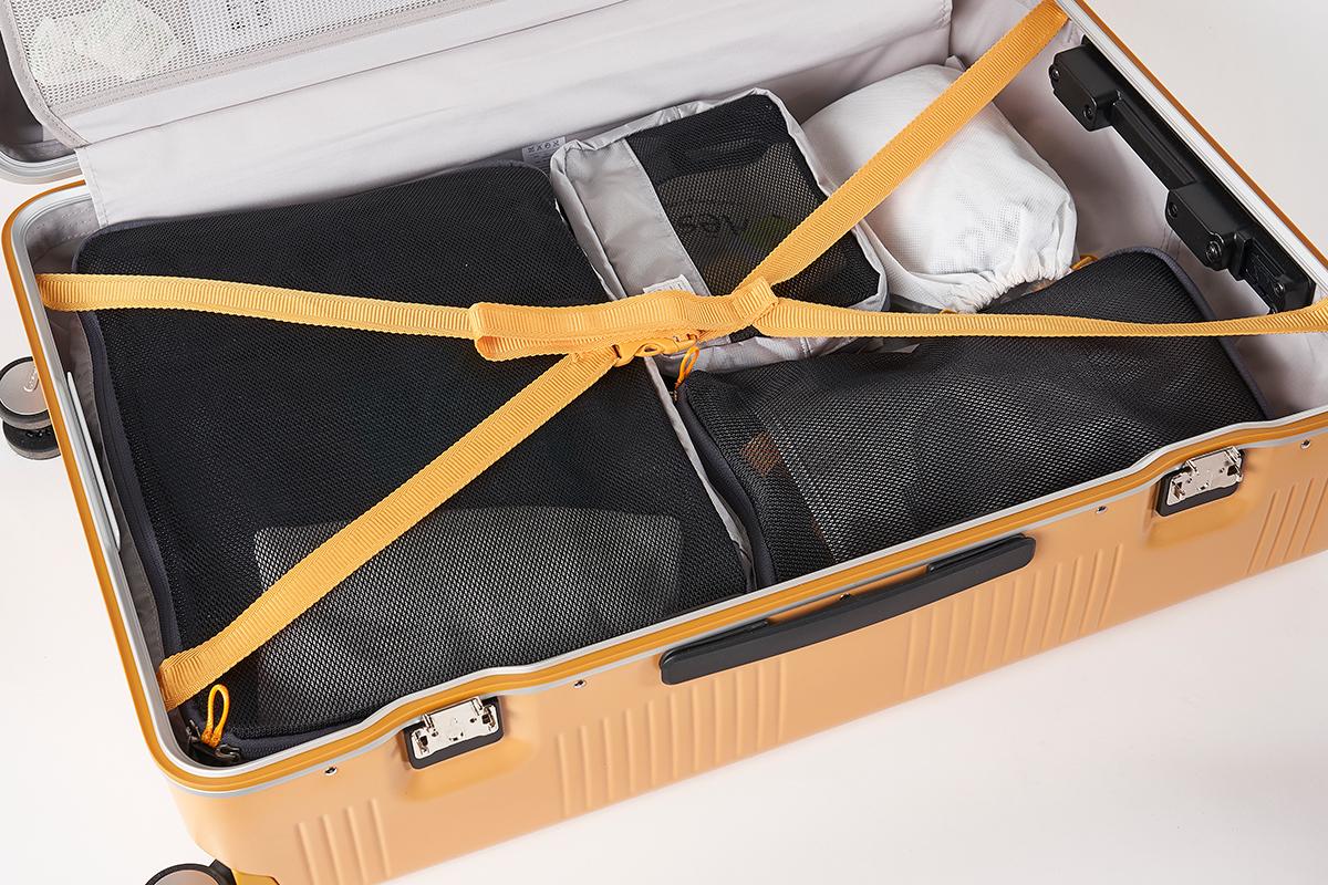 ピタッと収納できて、荷造りも楽々。中の収納スペースをムダなく効率的にパッキングする、オプションの「トラベルポーチセット」もおすすめ。スーツケース(63L・4〜5泊〜)|RAWROW