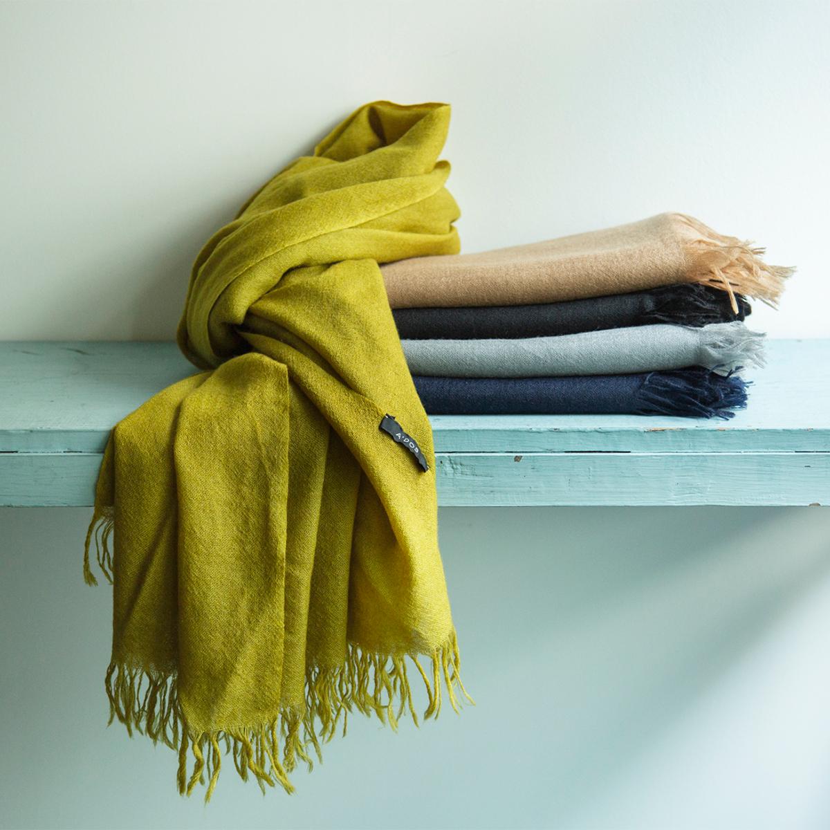 冬の装いに1枚足すだけで、顔映りも気持ちもグッと華やぐ。上質なカシミアのマフラー・ストール「STEPPE」|ADOS(エイドス)