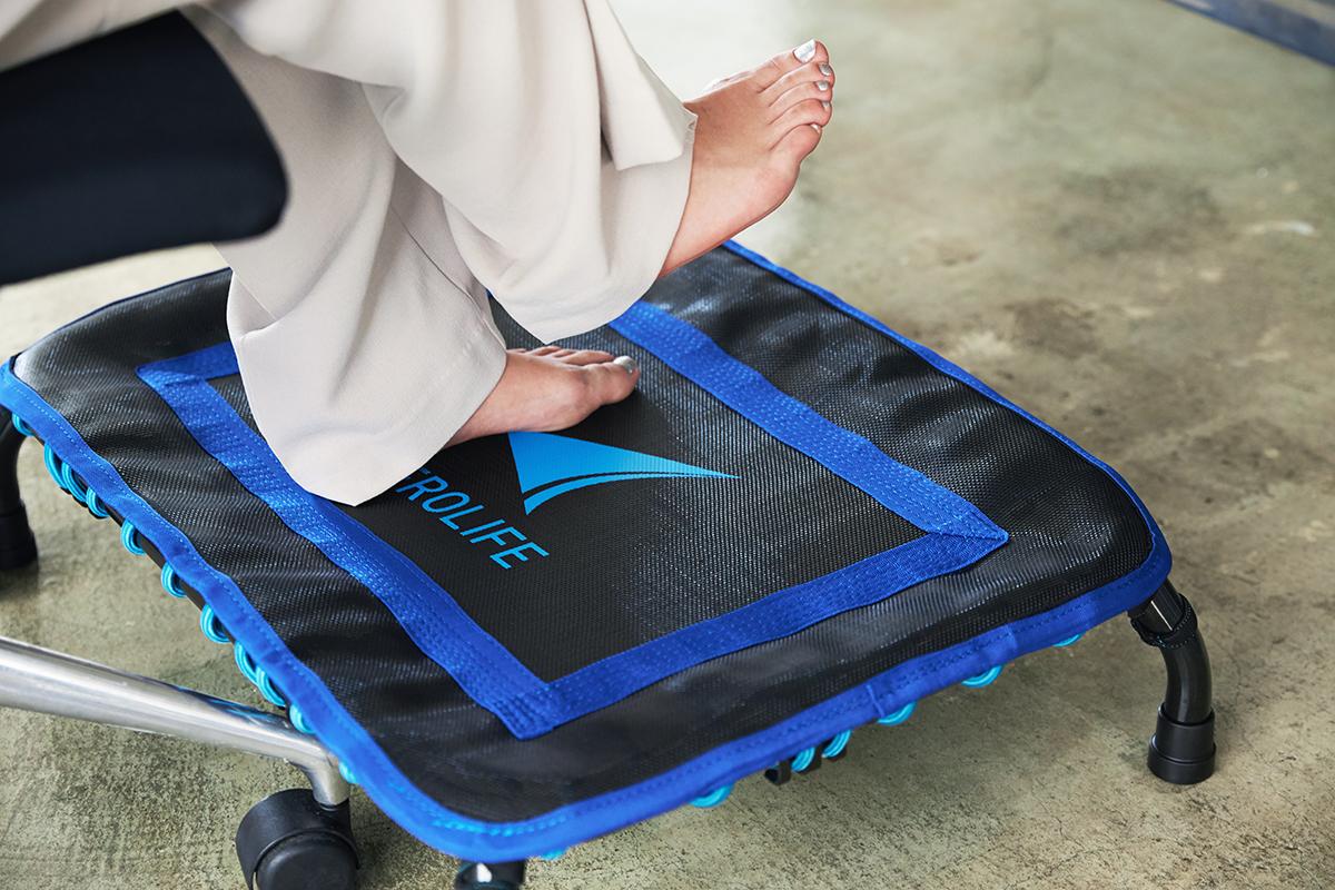 小さくても本格的。家での仕事や家事のスキマ時間に、どこでもすぐ運動できる!ミニサイズのトランポリン「ミニジャンパー」|AEROLIFE(エアロライフ)